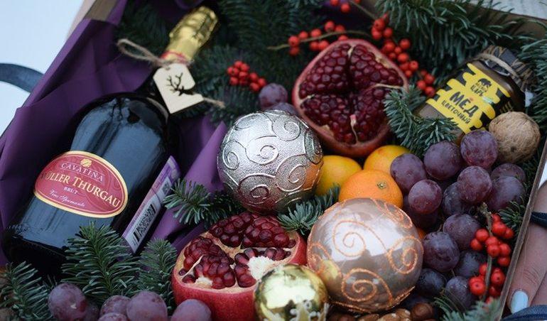 Новогодние букеты из фруктов в корзинке