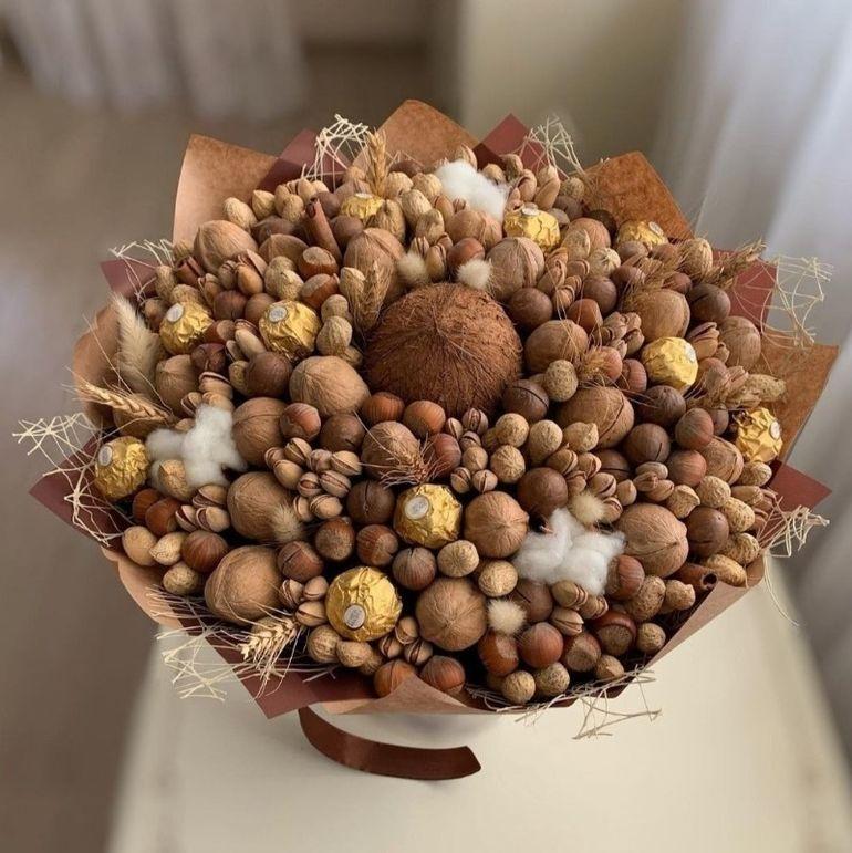 Новогодние букеты из орехов сухофруктов