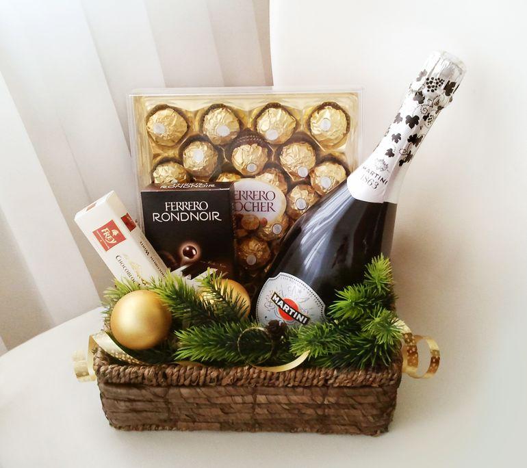 Новогодний букет из шампанского в корзине