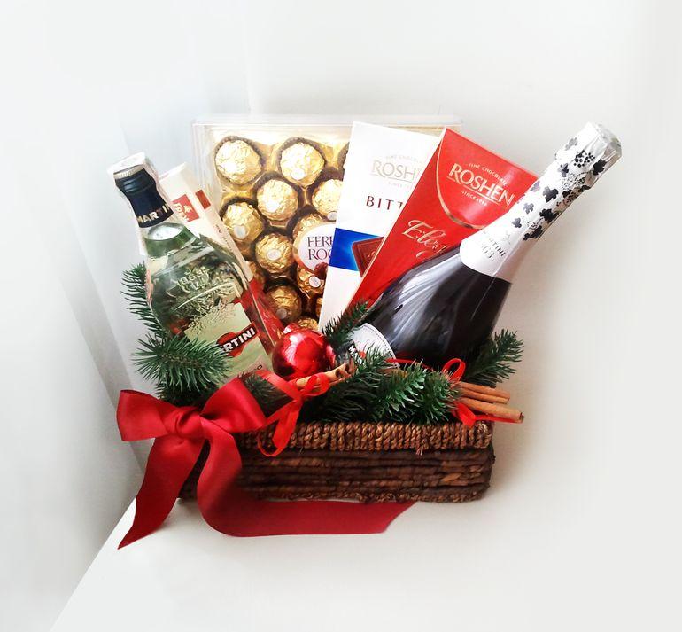 Мастер-класс по сборке новогоднего букета из шампанского в корзине