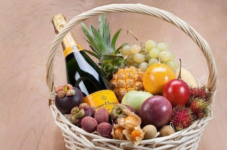 Новогодний букет из шампанского с фруктами