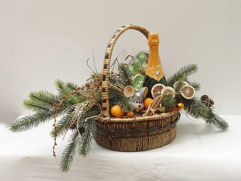 Новогодний букет из шампанского с мягкими игрушками