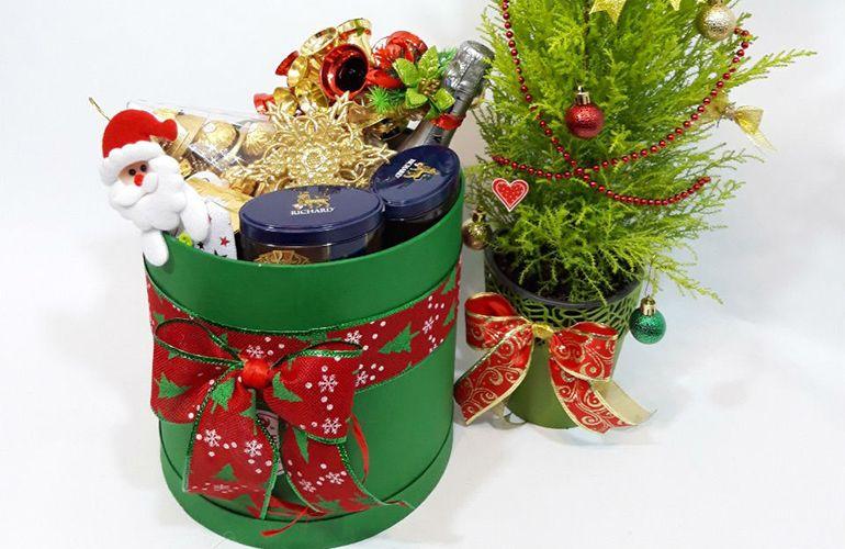 Новогодние букеты в шляпной коробке для детей