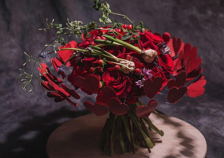 Мастер-класс по сборке букета на День Святого Валентина в красных тонах