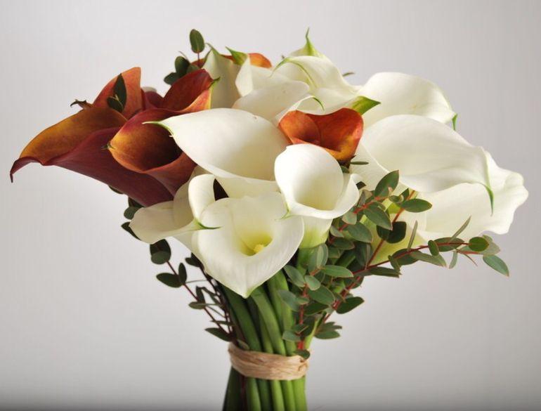 Оформление роз и калл в букете невесты