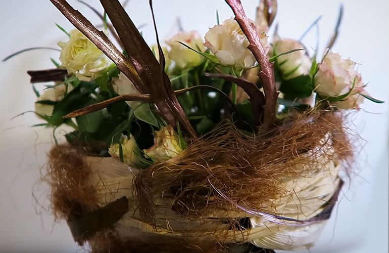 Мастер-класс по сборке букета из роз на 8 марта на каркасе